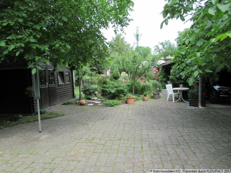 Gartenansicht mit Gartenhaus